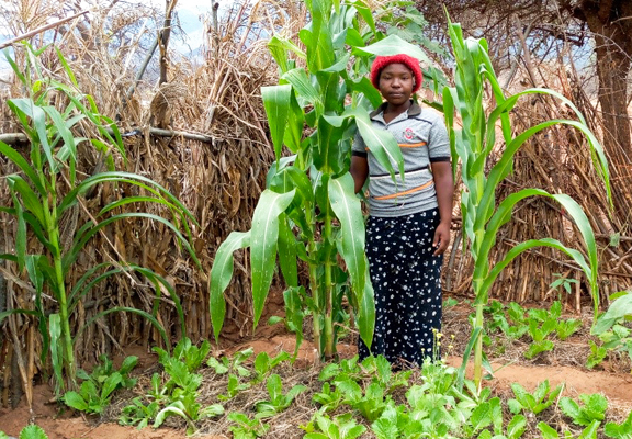 Fides Ndeya in ihrem Gemüsegarten