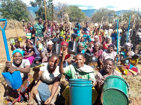 Frauen des DWABI Projekts präsentieren ihre Landwirtschaftsutensilien