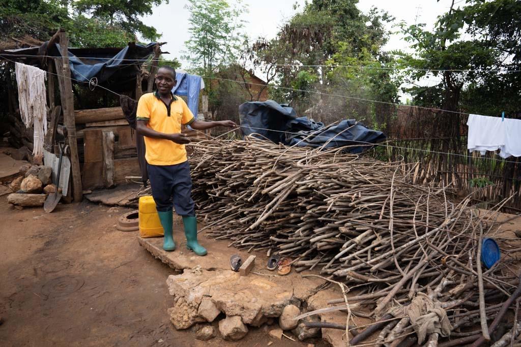 Ein Bauer zeigt sein gesammeltes Feuerholz