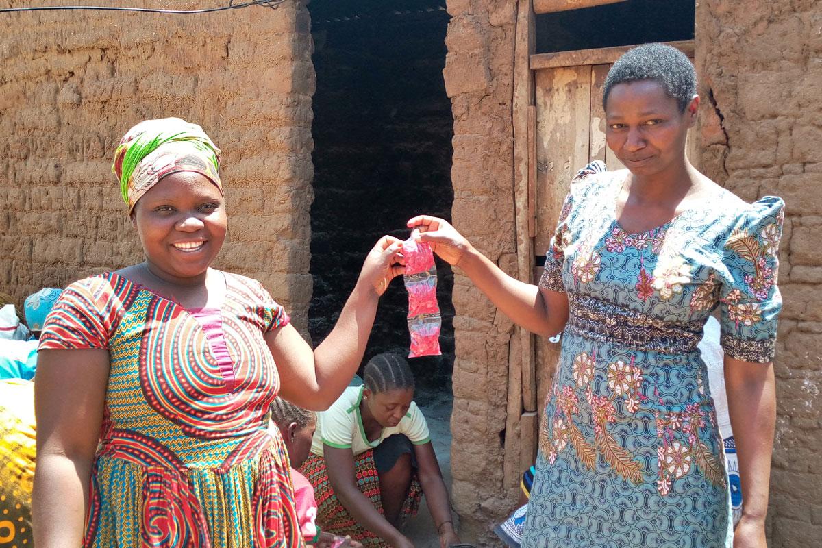 Zwei Frauen halten Baobab-Süßigkeiten