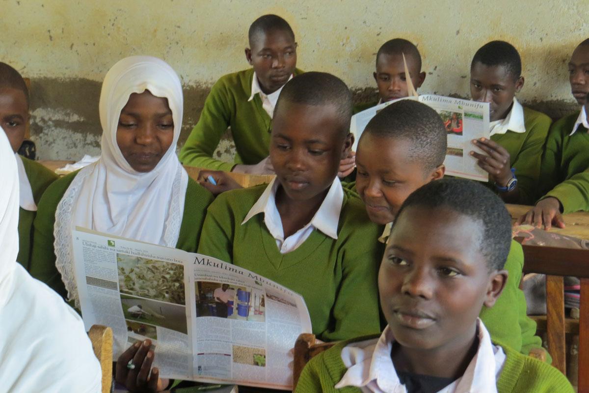 """Schülerinnen lesen das Magazin """"Die innovative Bäuerin"""""""