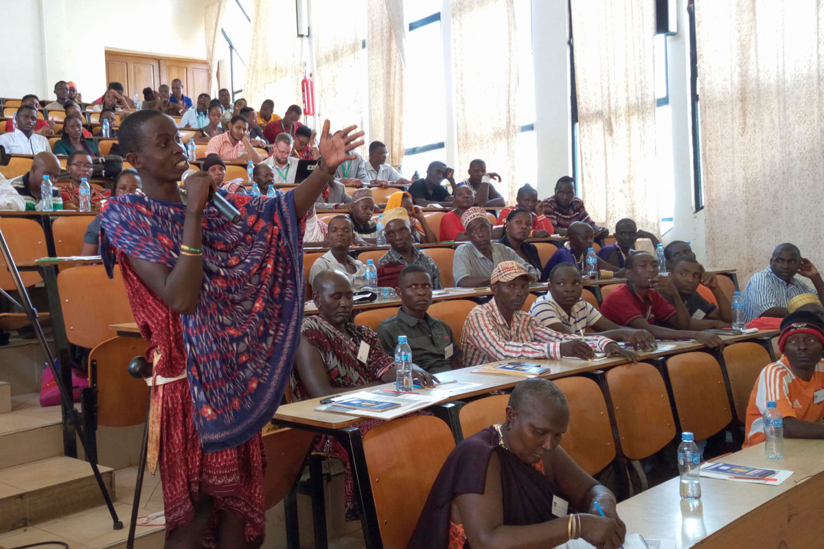Masai erzählt in einem Hörsaal über aktuelle Herausforderungen