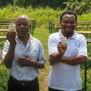 Zwei Kleinbauern halten Ingwergewürz in der Hand