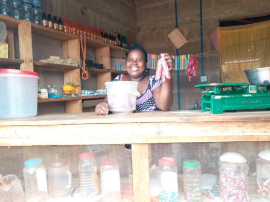 Frau in ihrem kleinen Laden