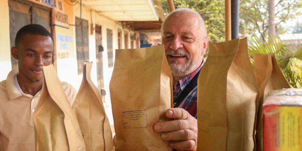 Bernward Geier sieht sich eine Packung im Bio-Shop von SAT an, neben ihm steht Sales Manager Akley.